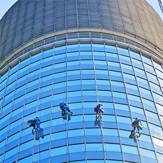 Umývanie okien Millennium Tower